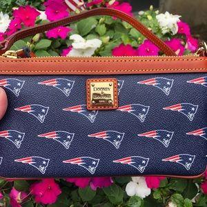 🏈 Dooney and Bourke NFL Patriots wristlet 🏈